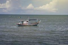 Barco de pesca tradicional que coloca no mar, foco seletivo, imagem filtrada, efeito da luz adicionado fotografia de stock