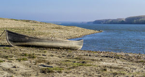 Barco de pesca tradicional velho na costa de Danúbio Fotografia de Stock Royalty Free