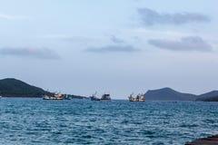 Barco de pesca tres en el mar Foto de archivo