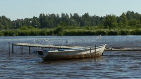 Barco de pesca vazio amarrado nas passagens velhas video estoque