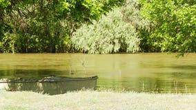Barco de pesca velho video estoque