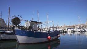 Barco de pesca velho amarrado no porto de Marselha video estoque