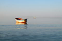 Barco de pesca velho e navio moderno grande Imagem de Stock