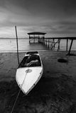 Barco de pesca velho em preto e branco, Sabah, Malásia do leste Imagem de Stock Royalty Free