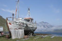 Barco de pesca velho em Strandir, Islândia Fotos de Stock Royalty Free