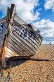 Barco de pesca velho em uma praia da telha Dungeness, Kent fotos de stock royalty free