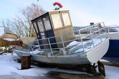 Barco de pesca velho na costa foto de stock royalty free