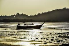 Barco de pesca velho na noite em Koh Payam em Tailândia imagem de stock