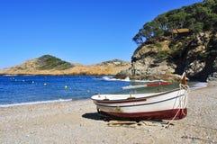 Barco de pesca velho na praia do atum do Sa em Begur, Espanha Imagens de Stock