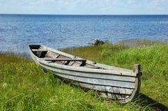 Barco de pesca velho no banco do lago Fotografia de Stock