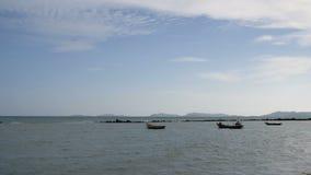 Barco de pesca velho no mar quase a praia com céu azul filme