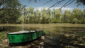 Barco de pesca velho no rio video estoque