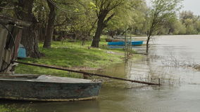 Barco de pesca velho no rio vídeos de arquivo