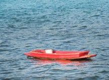 Barco de pesca velho que flutua no mar na manhã Imagens de Stock Royalty Free