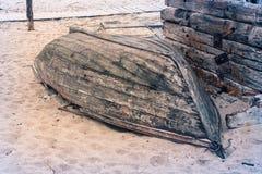 Barco de pesca velho quebrado após a tempestade fotografia de stock royalty free