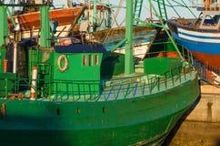 Barco de pesca verde viejo resistido Fotos de archivo