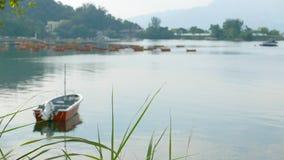 Barco de pesca vermelho no lago calmo Foto de Stock Royalty Free