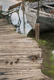 Barco de pesca viejo, abandonado en los doc. con los anadones imagen de archivo