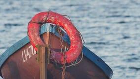 Barco de pesca viejo amarrado por un río metrajes