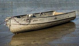 Barco de pesca viejo atado Fotografía de archivo libre de regalías