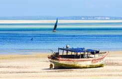 Barco de pesca viejo con marea baja Foto de archivo libre de regalías