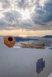 Barco de pesca viejo contra puesta del sol en la isla de Santorini en Grecia Imagen de archivo