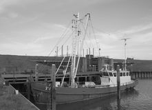 Barco de pesca viejo en foto blanco y negro Imagenes de archivo