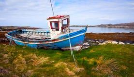 Barco de pesca viejo en la batería de la bahía del océano imágenes de archivo libres de regalías