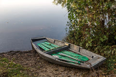 Barco de pesca viejo en la orilla Foto de archivo