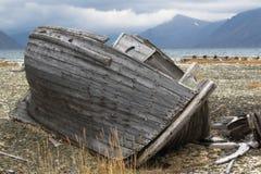 Barco de pesca viejo en la orilla del Chukchi Foto de archivo