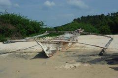 Barco de pesca viejo en la playa Fotos de archivo libres de regalías