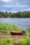 Barco de pesca viejo en las cañas Foto de archivo libre de regalías