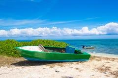 Barco de pesca viejo en una playa tropical en Foto de archivo