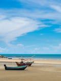 Barco de pesca viejo trenzado en una playa en día soleado, Tailandia imagenes de archivo