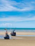 Barco de pesca viejo trenzado en una playa en día soleado, Tailandia imágenes de archivo libres de regalías