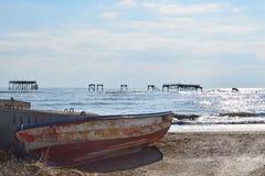 Barco de pesca viejo y plataforma petrolera arruinada Foto de archivo libre de regalías