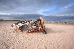 Barco de pesca Wrecked en el punto del cuervo Foto de archivo
