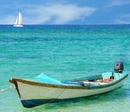 Barco de pesca y barco de vela Imagenes de archivo