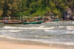 Barco de pesca y onda del mar Imagen de archivo