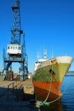 Barco de pesca y una grúa Imagen de archivo libre de regalías