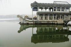 Barco de piedra en nieve Foto de archivo libre de regalías