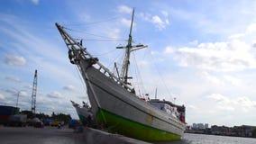 Barco de Pinisi en el puerto de Indonesia