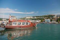 Barco de placer con los turistas Costa del Mar Negro, ciudad de Balchik Imágenes de archivo libres de regalías