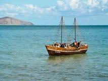 Barco de placer con los turistas en Crimea Imagen de archivo