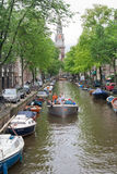 Barco de placer con los turistas que se mueven con los amigos Foto de archivo