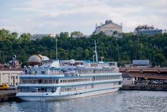 Barco de placer en el puerto marítimo de Odessa Foto de archivo
