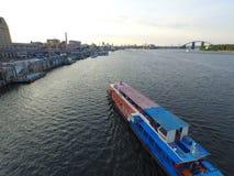 Barco de placer en el río Fotos de archivo libres de regalías