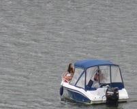 Barco de placer en el río de Dniéster, Kamenets Podolskiy, Ucrania Imagen de archivo