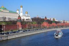 Barco de placer en el río de Moskva Foto de archivo libre de regalías