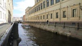 Barco de placer en el surco del invierno del canal en St Petersburg metrajes